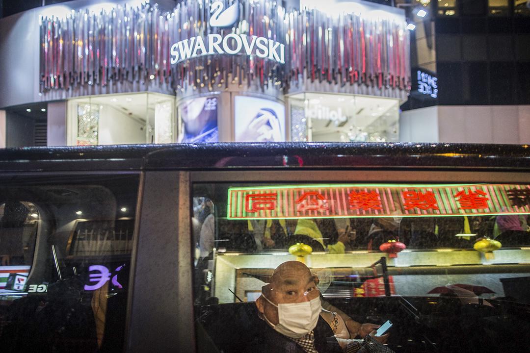 2020年1月26日,旺角一架車的乘客戴上口罩。
