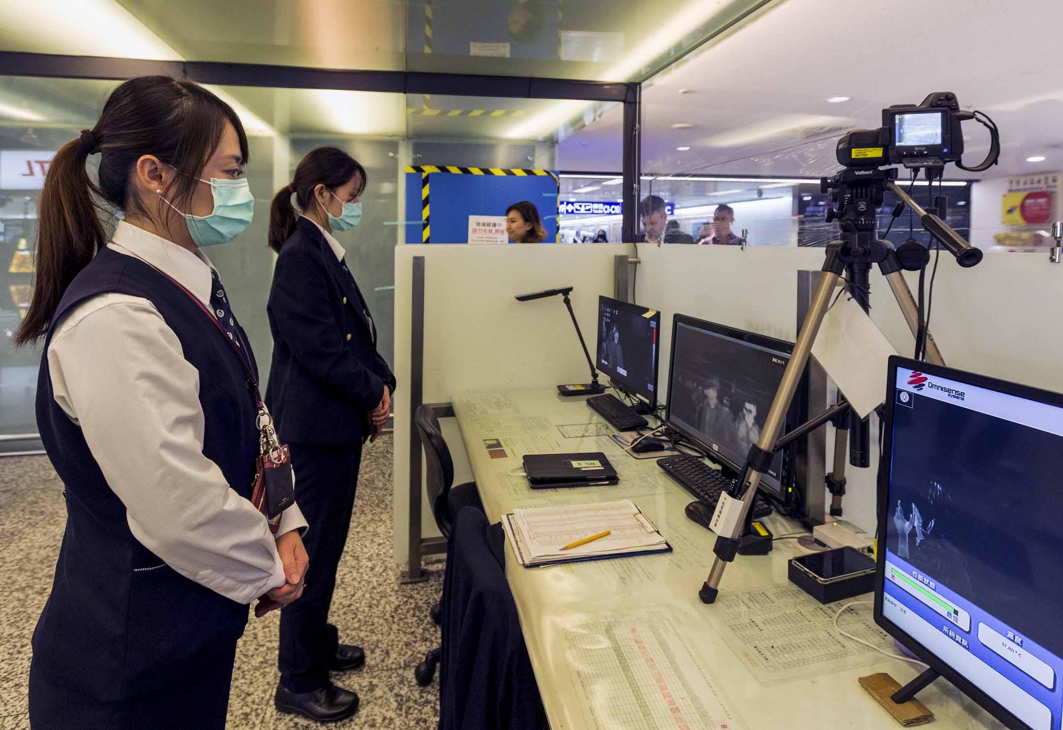 2020年1月13日,台灣疾病控制中心人員使用熱掃描儀對從中國武漢省起飛的航班上的乘客進行檢查。