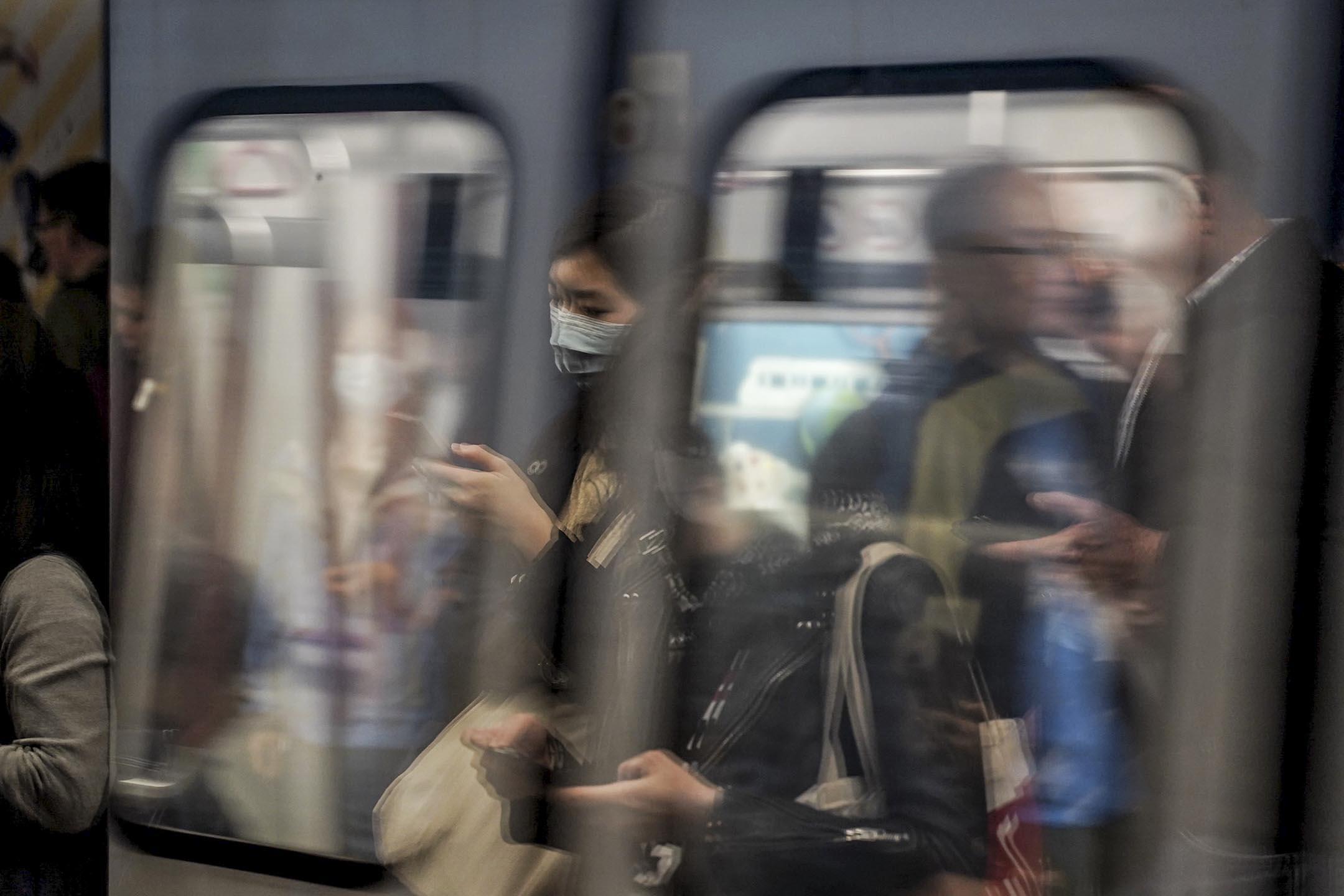 2020年1月21日,港鐵乘客戴上口罩。 攝:劉子康/端傳媒