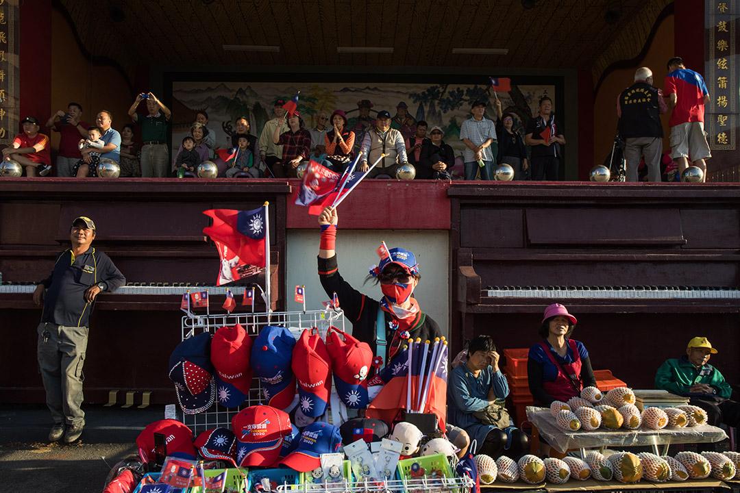 2019年11月5日,總統候選人韓國瑜於苗栗市玉清宮參拜,一名攤販於廟前的造勢活動期間擺賣。