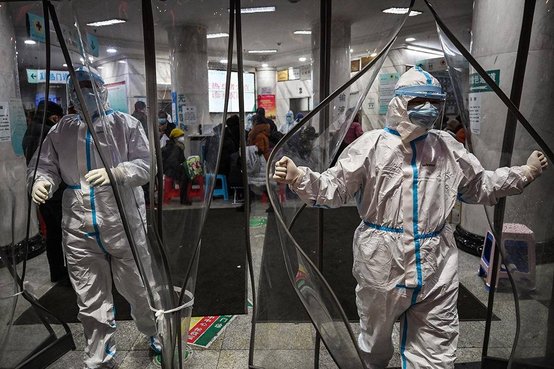 2020年1月25日武漢市紅十字會醫院,醫務人員穿著防護服以防止病毒蔓延。