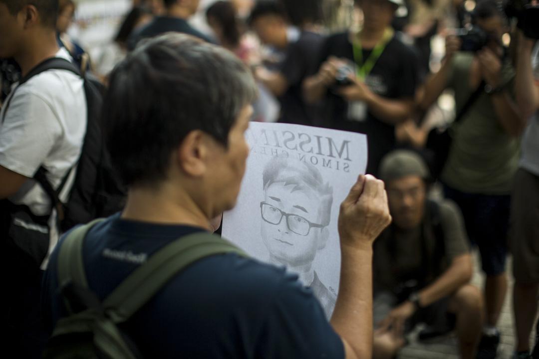 2019年8月21日,香港示威者在英國駐港領事館外張貼標語,要求英國政府介入、尋求中國當局釋放鄭文傑。 攝:林振東/端傳媒