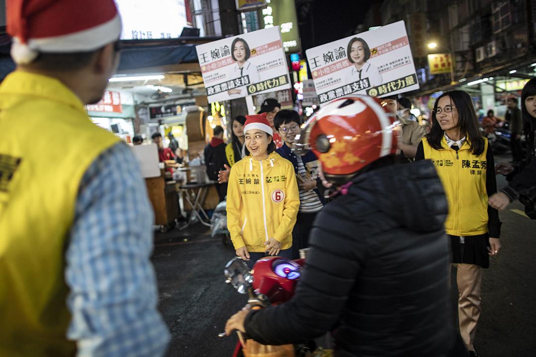 2019年12月25日,時代力量不分區立委候選人小燈泡媽媽王婉諭於內湖的夜市掃街拜票。