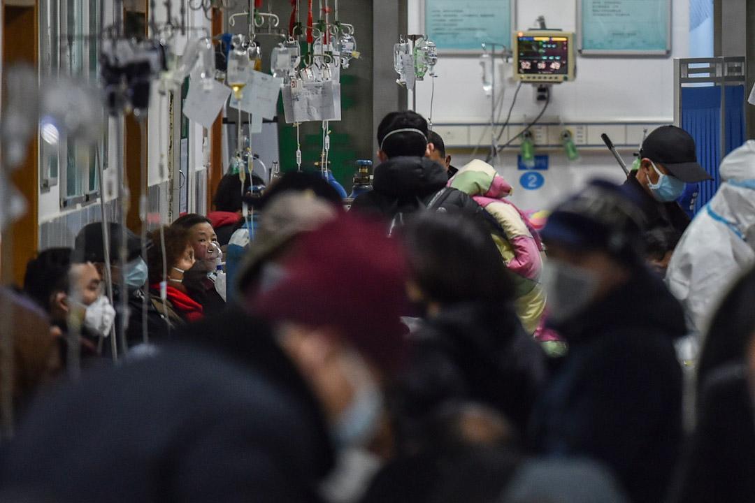 2020年1月25日,武漢市紅十字會醫院內,人們都戴著口罩等候。