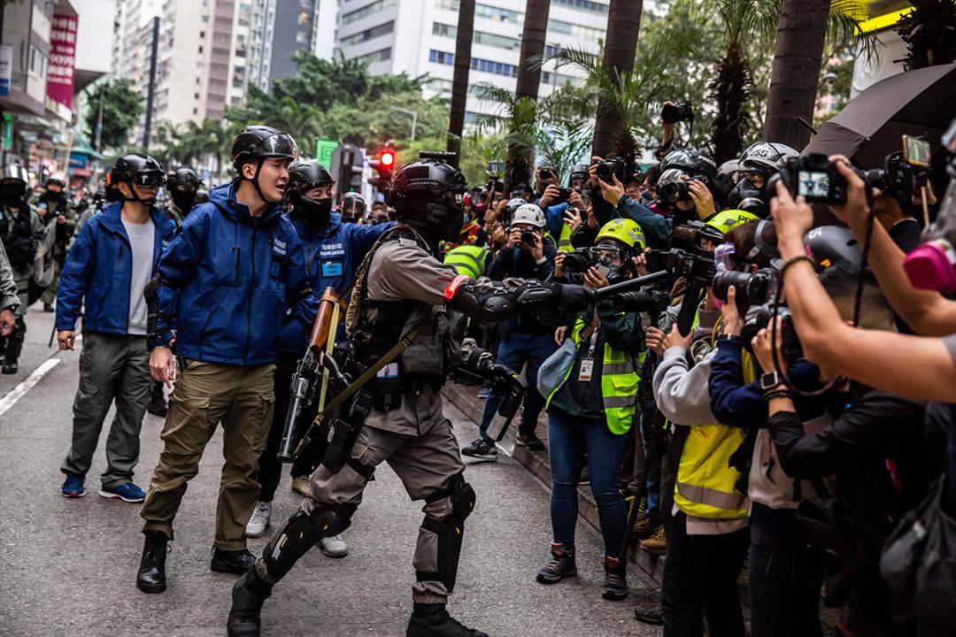 2020年1月1日「元旦遊行」期間,一名警員要求傳媒後退。 攝:Isaac Lawrence / AFP via Getty Images