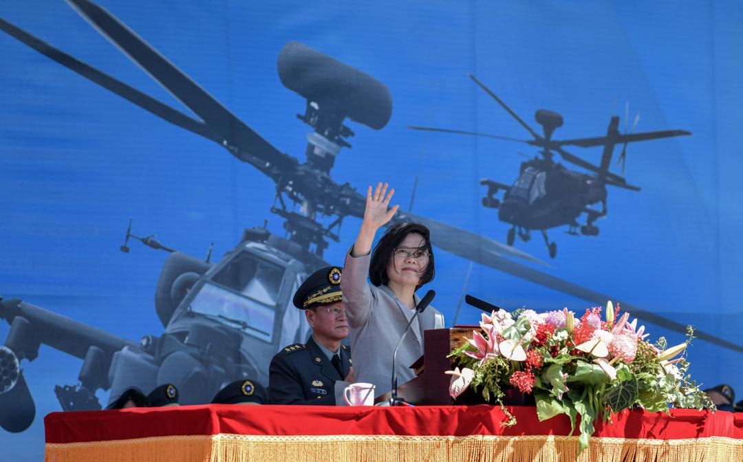 2018年7月17日桃園,台灣總統蔡英文出席一個軍事基地舉行的儀式,背景為美國製阿帕奇AH-64E直升機。 攝:Sam Yeh / AFP Via Getty image