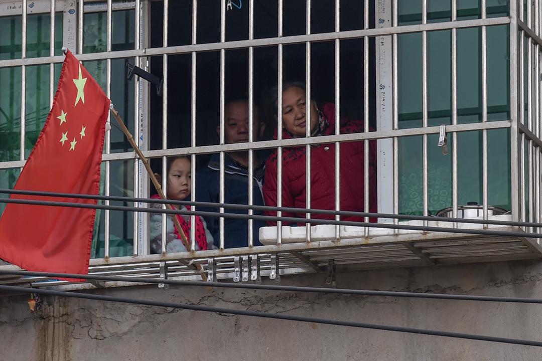 2020年1月27日,武漢的一個家庭望出窗外。
