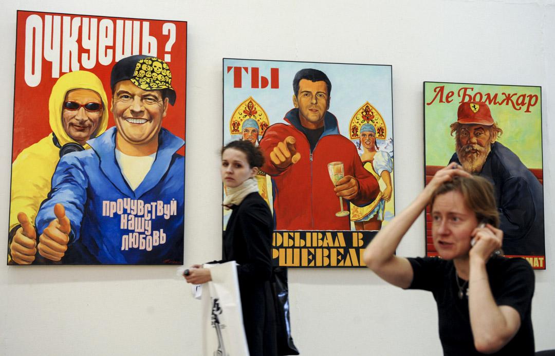 2009年9月24日,一個藝術博覽會上,人們在俄羅斯總統梅德韋傑夫與總理普京畫作前走過。