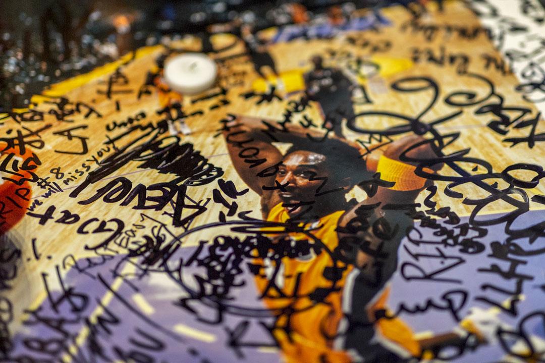 2020年1月26日,洛杉磯一張悼念高比拜仁的照片上,寫滿眾多球迷的留言。
