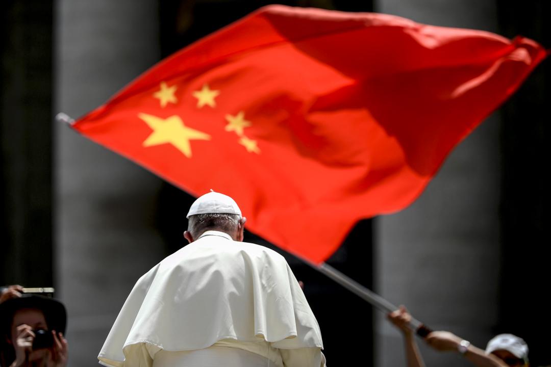 2019年6月12日,教宗方濟各在梵蒂岡聖彼得廣場舉行每週講話後,一名信徒揮舞著中國的國旗。