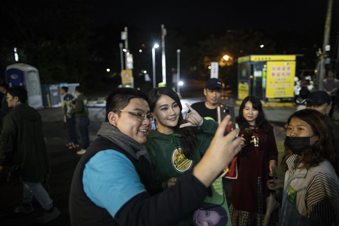 2019年12月29日台北,台北民進黨舉行「下架吳斯懷之夜」,賴品妤與支持者合照。