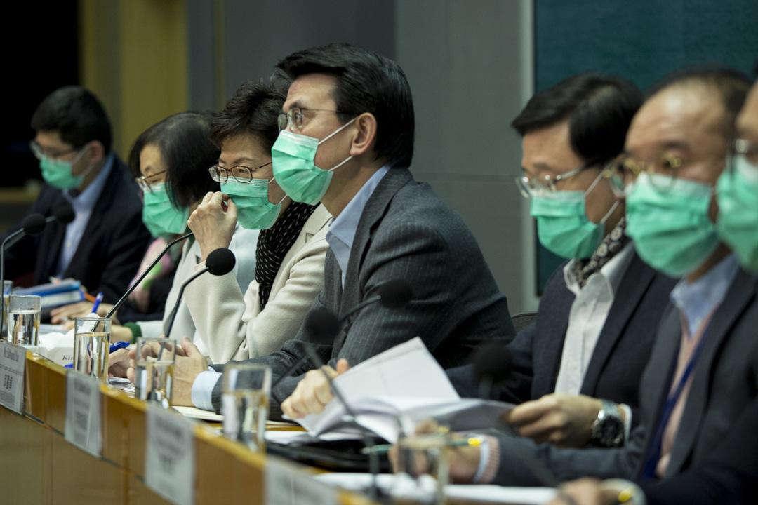 2020年1月28日,特首林鄭月娥聯同政府官員均戴上口罩召開記者會,交代應對武漢肺炎疫情的措施。 攝:林振東/端傳媒