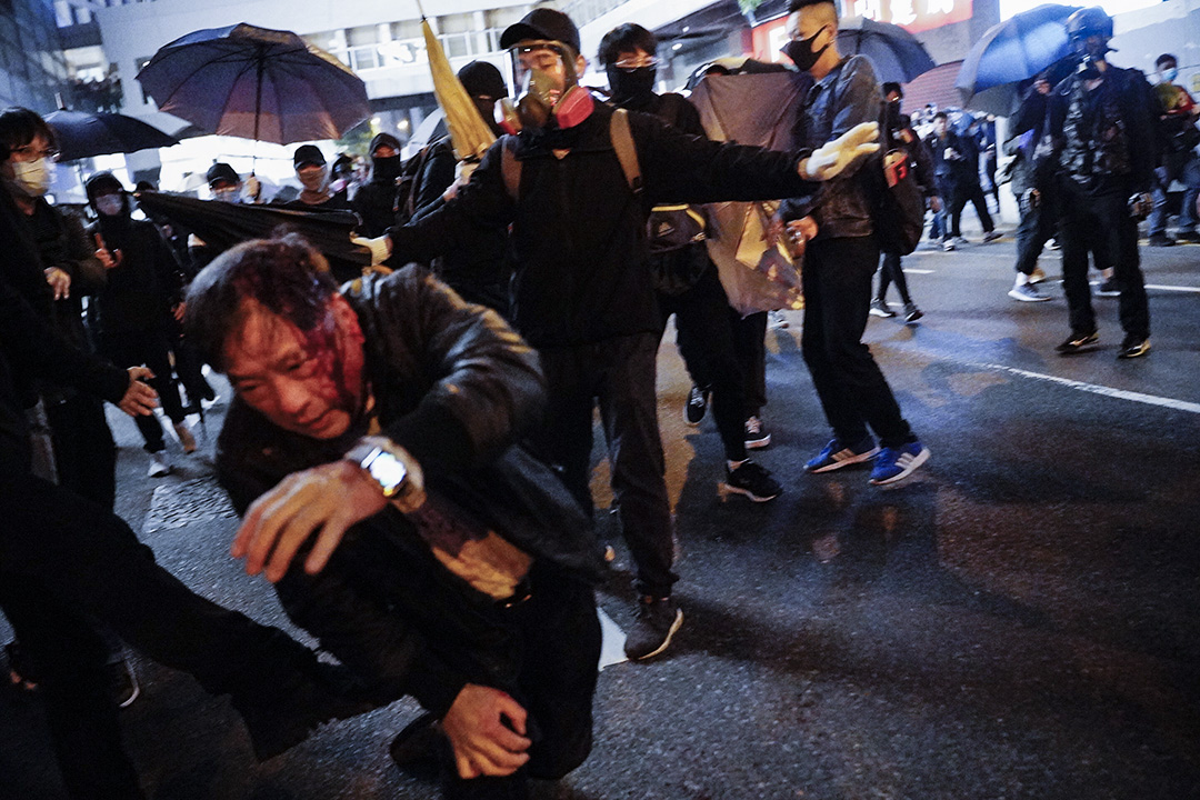 2020年1月1日,示威者「私了」一名影大頭相的人。