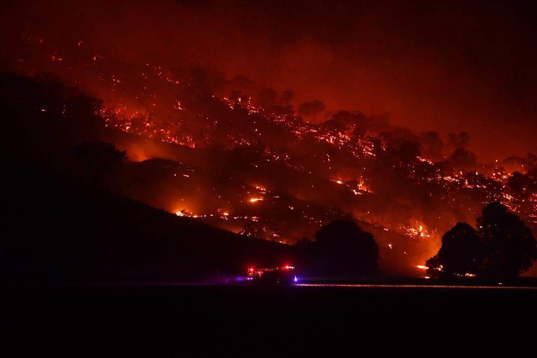 2020年1月10日,澳洲阿德拉山上火勢延續,消防車趕往火災現場。