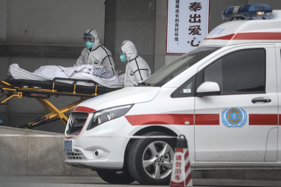 2020年1月17日,醫務人員將患者送到武漢市金銀潭醫院。