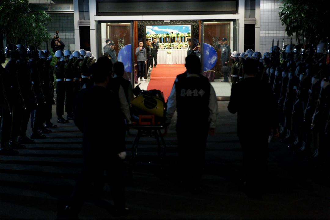 2020年1月2日晚,台灣黑鷹直昇機罹難者遺體抵達三軍總醫院,官兵行軍禮迎靈。 攝:林振東/端傳媒