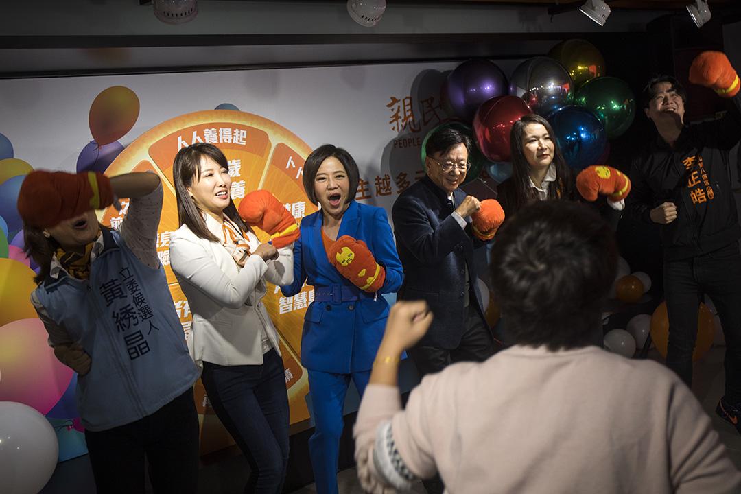 2019年12月6日,親民黨總統參選人宋楚瑜競辦發言人于美人與黨不分區立委提名人在記者會上跳舞。