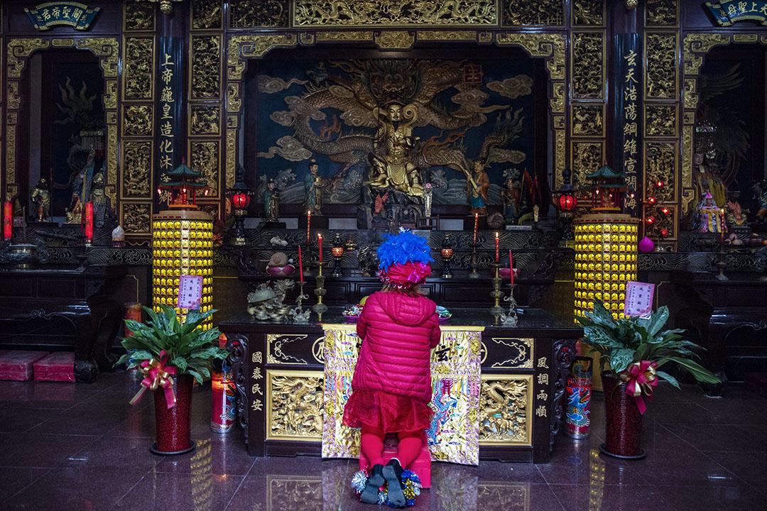 2019年11月30日, 韓國瑜到馬祖玄天宮參拜後,一名「韓粉」在拜神。