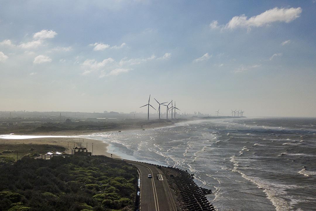 台灣海岸的風力發電風車。