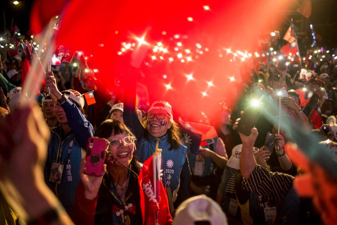 2020年1月9日,韓國瑜在凱道舉辦造勢晚會,韓辦宣布現場人數達一百萬,參加者打開手機燈。