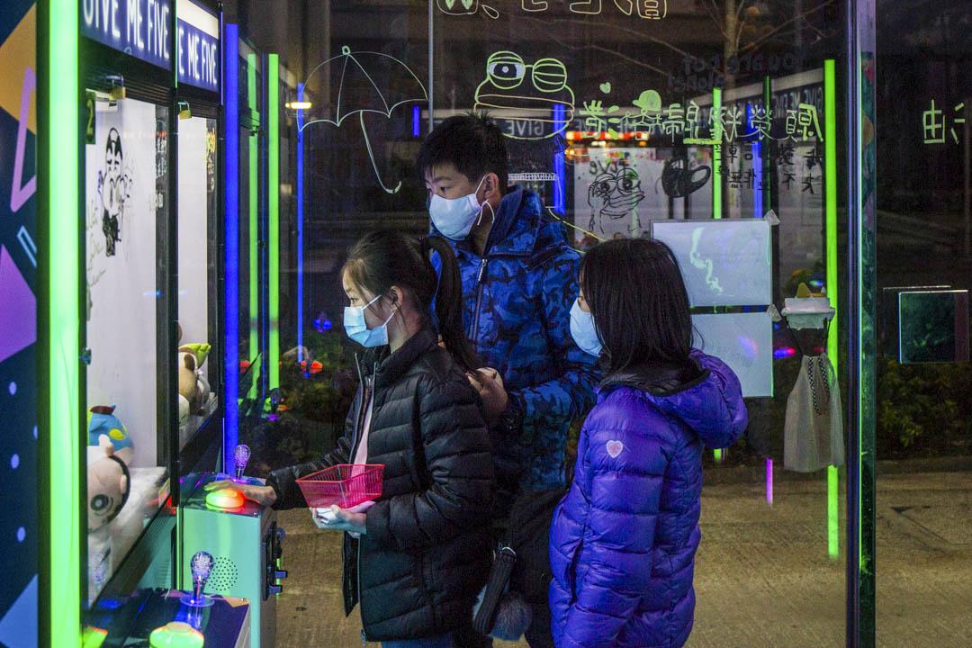 2020年1月28日,市民在馬鞍山的夾娃娃店夾娃娃。