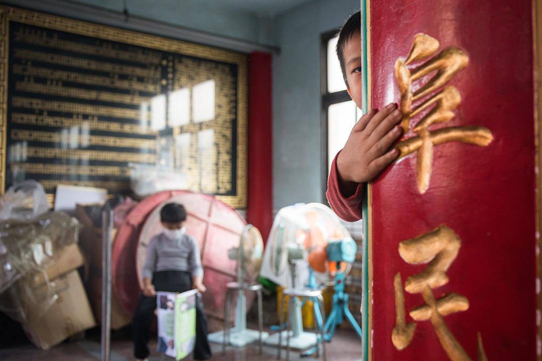 2019年12月22日,總統蔡英文在雲林新興宮參香拜票,小孩在旁觀看。