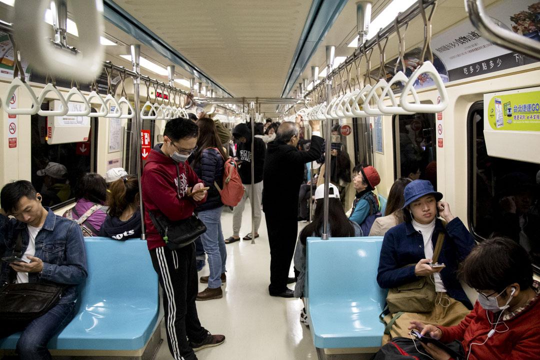 2020年1月4日,乘客在台北捷運的列車上。