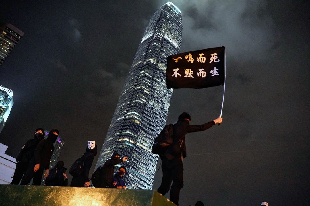 2019年12月23日,聲援星火同盟集會期間,示威者在中環舉起旗幟。 攝:劉子康/端傳媒