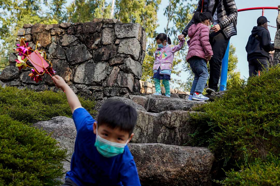 2020年1月28日,公園裡的人戴著口罩。