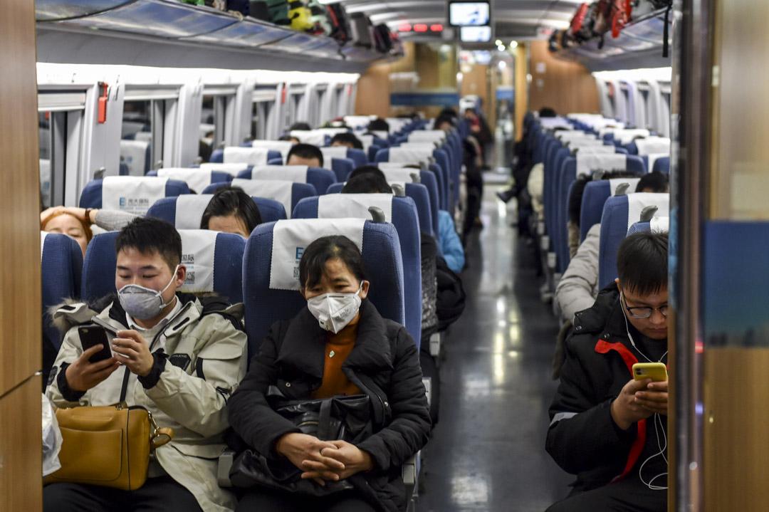 2020年1月23日,春運期間由上海乘至武漢的乘客不少都戴上口罩。