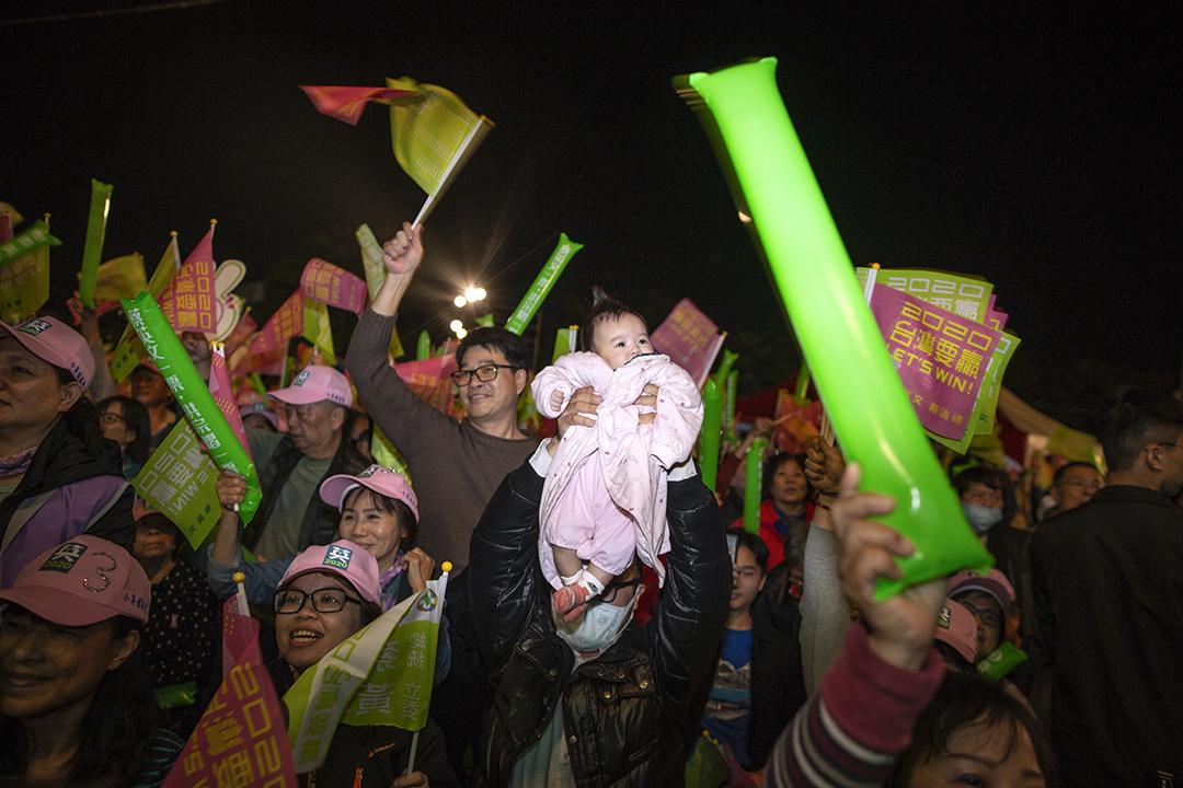 2020年1月7日,蔡英文於彰化的造勢晚會上演講期間,一名支持者在高呼時舉起自己的嬰孩。 攝:陳焯煇/端傳媒