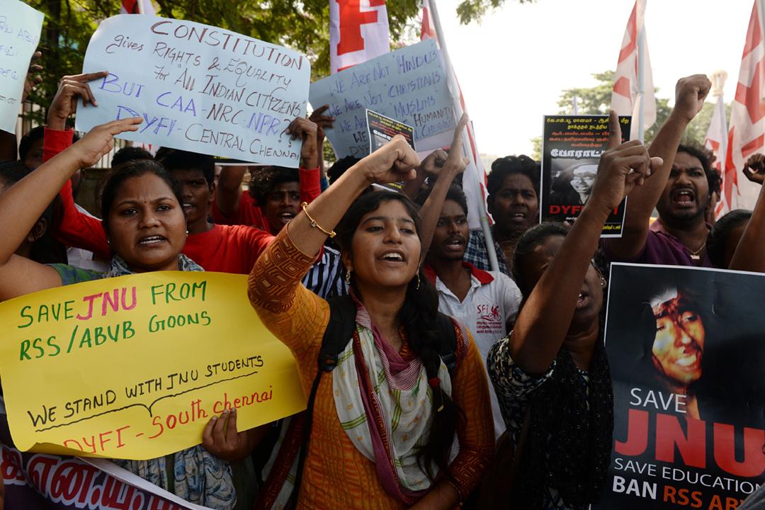 2020年1月7日在印度清奈,有學生組織上街示威,聲援日前遇襲的賈瓦哈拉爾・尼赫魯大學(JNU)、抗議新德里警方在事件中玩忽職守。 攝:Arun Sankar / AFP via Getty Images