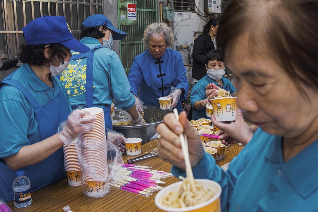 2019年11月1日,總統候選人韓國瑜在中壢一間宮廟參拜後,民眾在吃「選舉飯」。