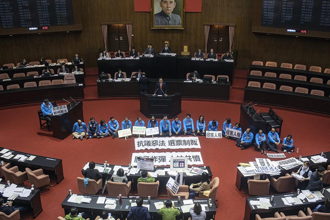 2019年12月31日,反滲透法三讀期間,國民黨的立委坐在議會中央抗議。 攝:陳焯煇/端傳媒