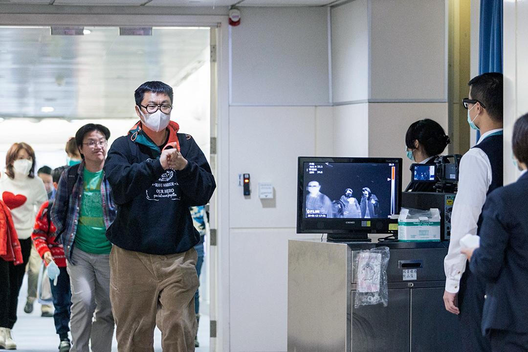 2020年1月13日,台灣疾病控制中心(CDC)人員使用掃描儀來檢查從中國武漢飛來的乘客。