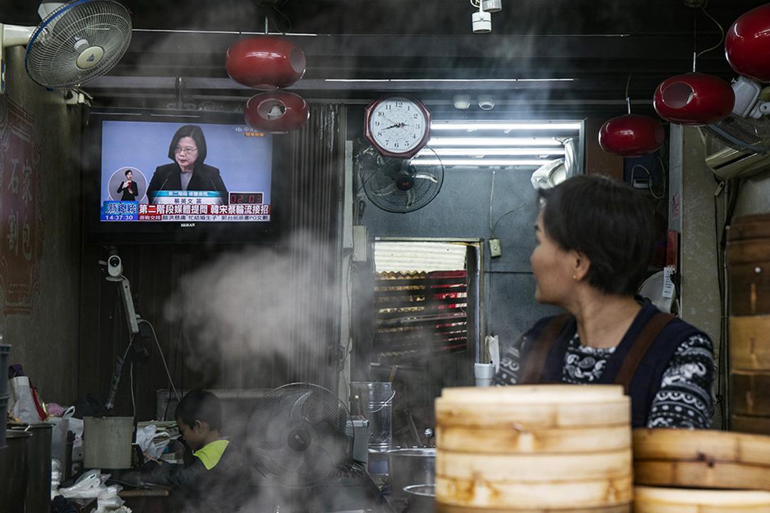 2019年12月29日,2020總統選舉電視,一間小吃店的電視正在播放。