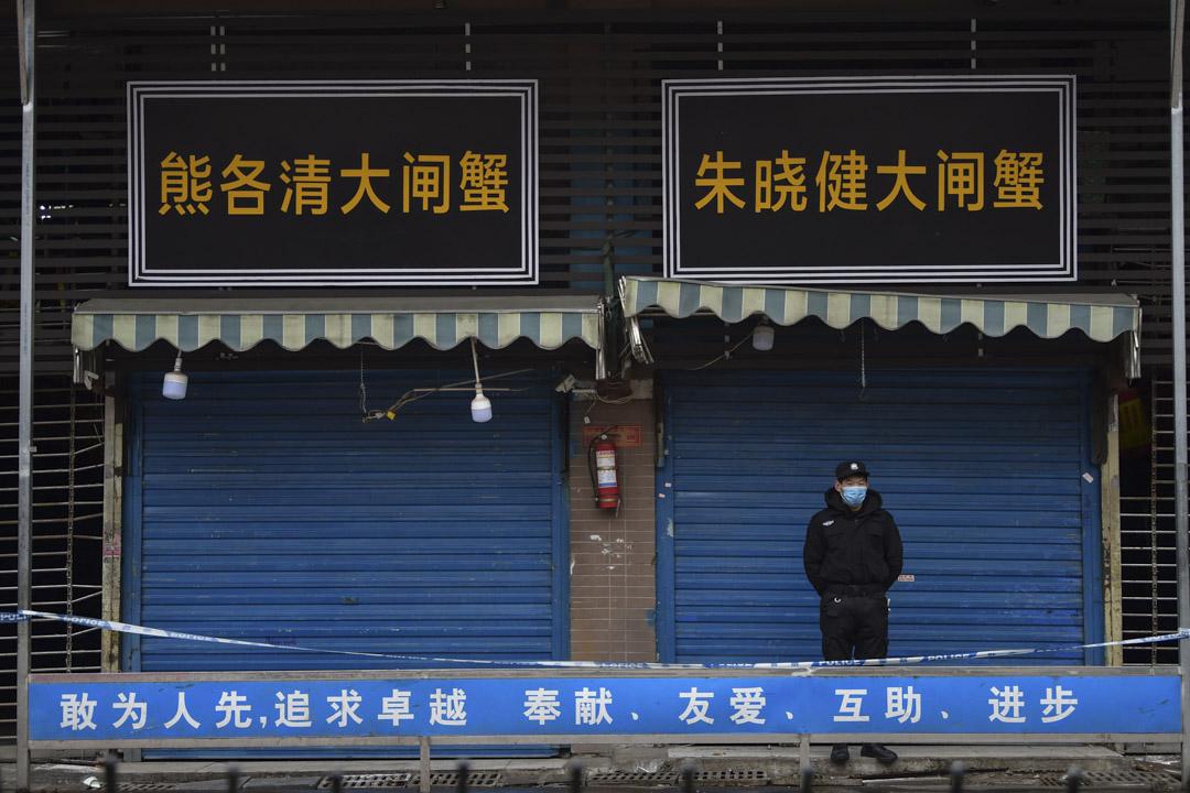 2020年1月24日,一名警衛站在武漢華南海鮮批發市場外。