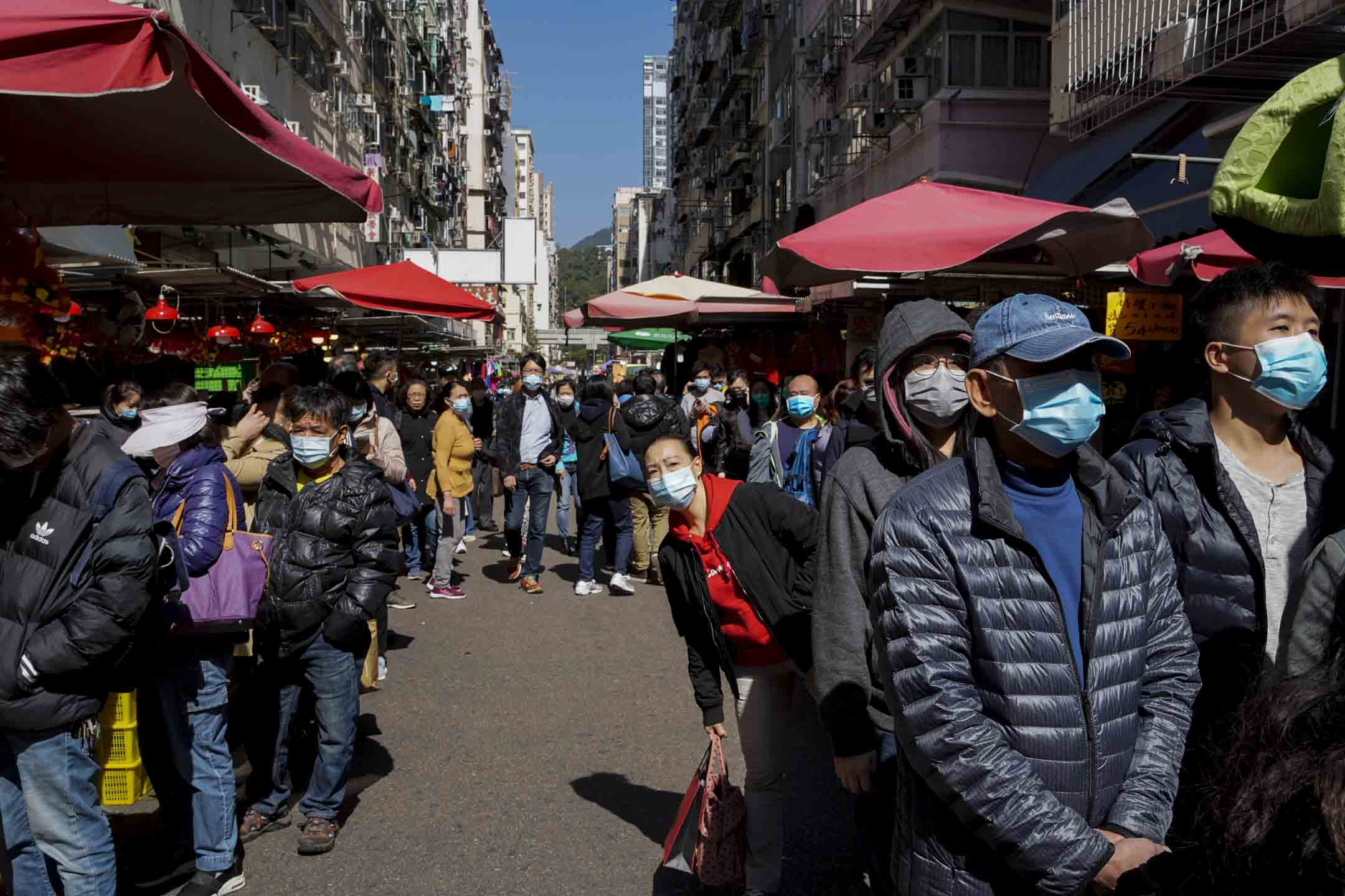 2020年1月30日,卓悅中午十二時有約2000盒日本口罩送達4間分店,每人限買一盒,其中旺角店有大量市民聞訊趕到排隊認購。 攝:林振東/端傳媒