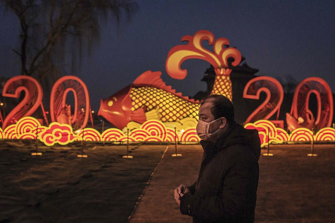 2020年1月25日,北京一名戴上口罩的男士。 攝:Nicolas Asfouri/AFP via Getty Images