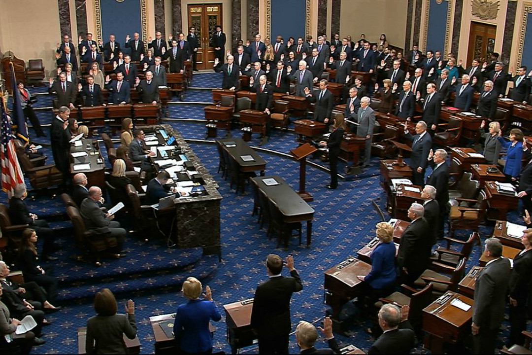 2020年1月16日,美國國會參議院開審特朗普彈劾案,最高法院首席大法官羅伯特(John Roberts)帶領100名參議員宣誓。 圖片來自網絡錄像。