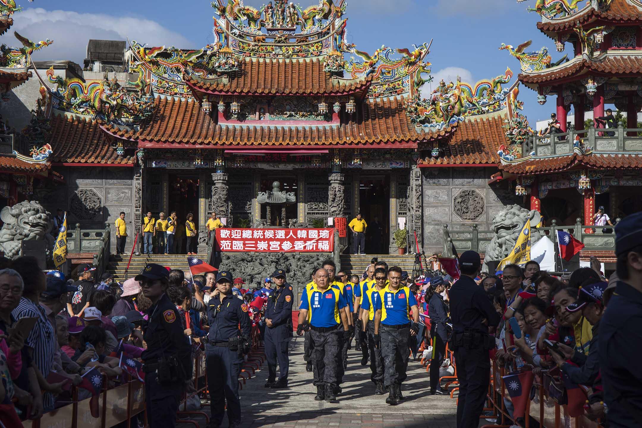 2019年11月1日,支持者在桃園一問宮廟等候韓國瑜。 攝:陳焯煇/端傳媒