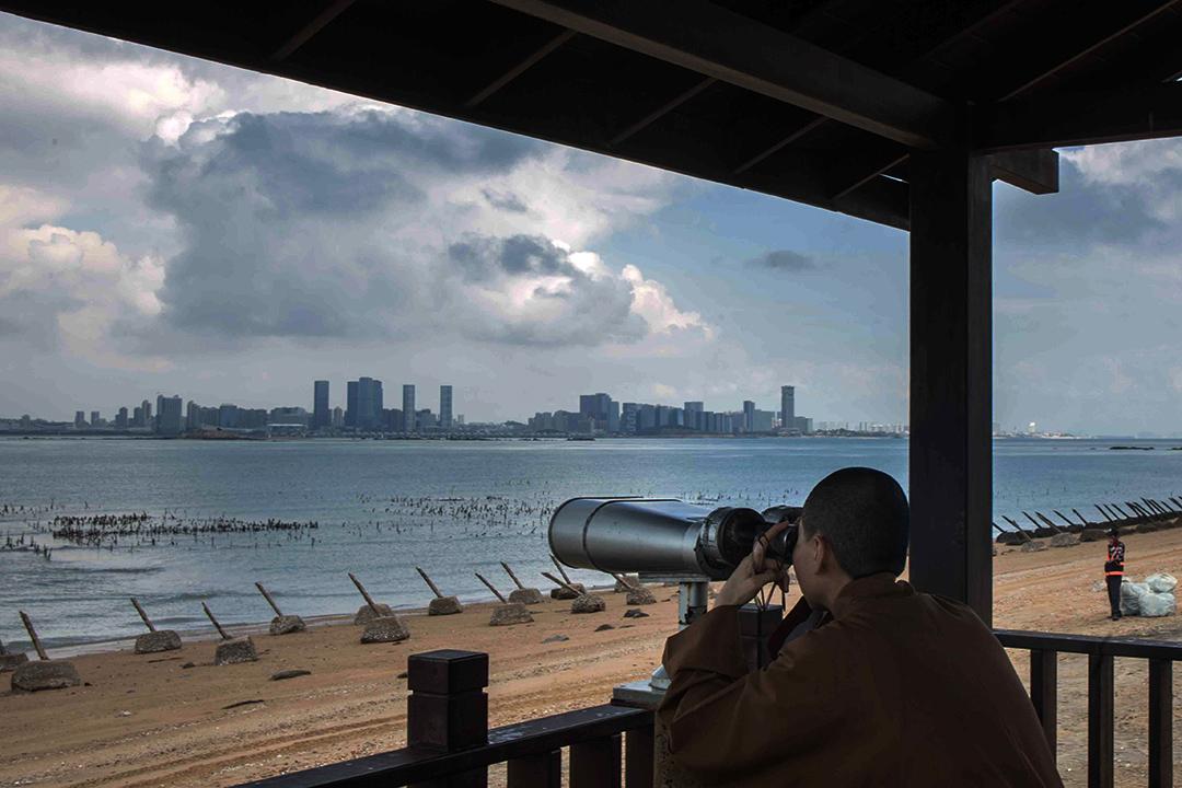 2018年8月20日,旅客在小金門望向對岸中國廈門市。
