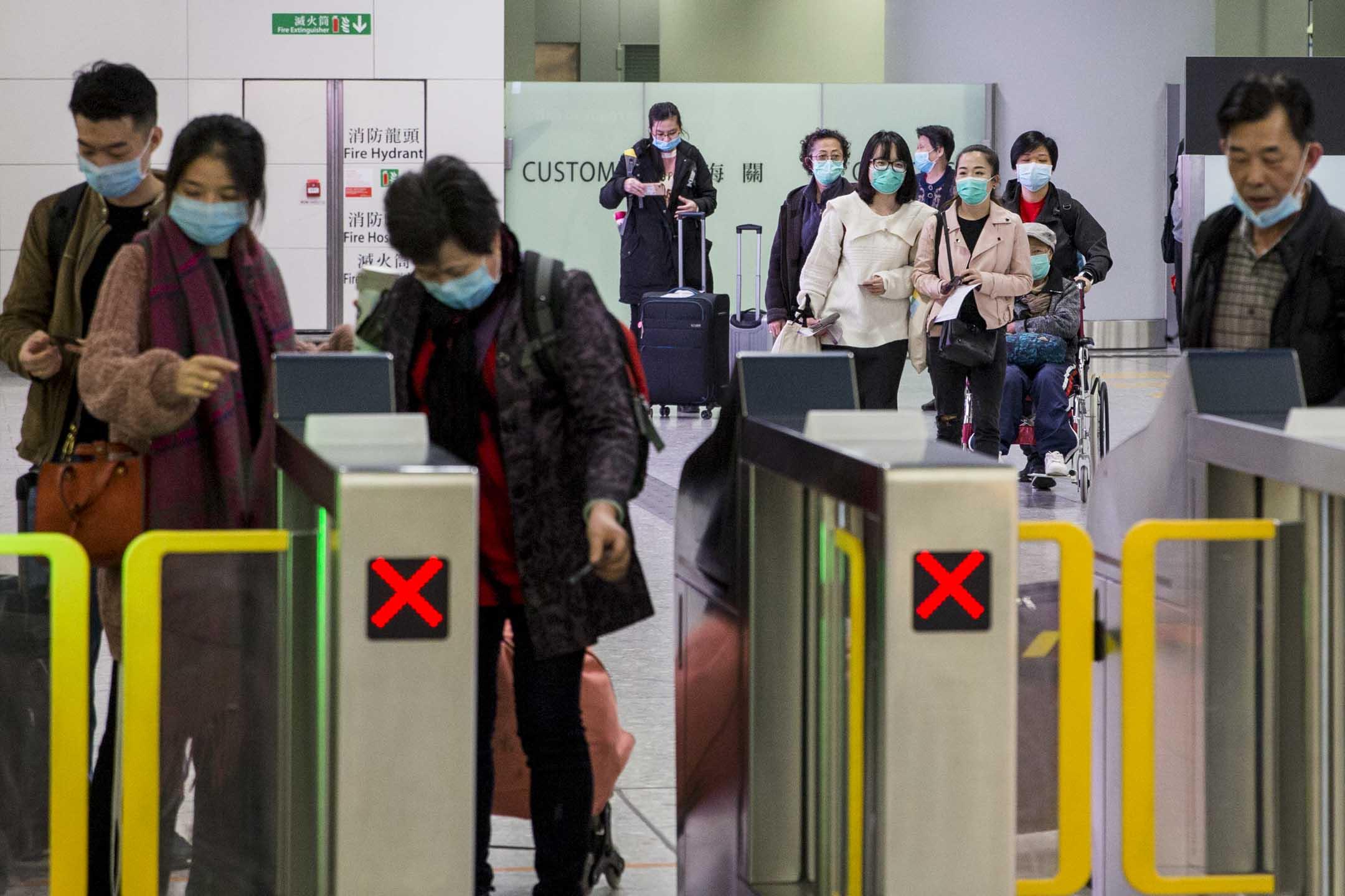 2010年1月21日,香港高鐵西九龍站,不少從內地入境香港的旅客都戴上口罩。