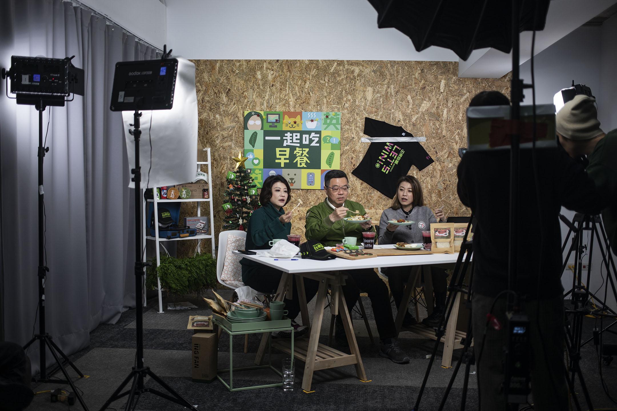 2019年12月31日,民進黨主席卓榮泰參與「一起吃早餐」的錄影。 攝:陳焯煇/端傳媒