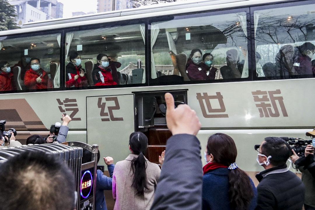 2020年1月28日,江蘇省淮安市醫療隊成員準備出發前往武漢協助疫情救援。