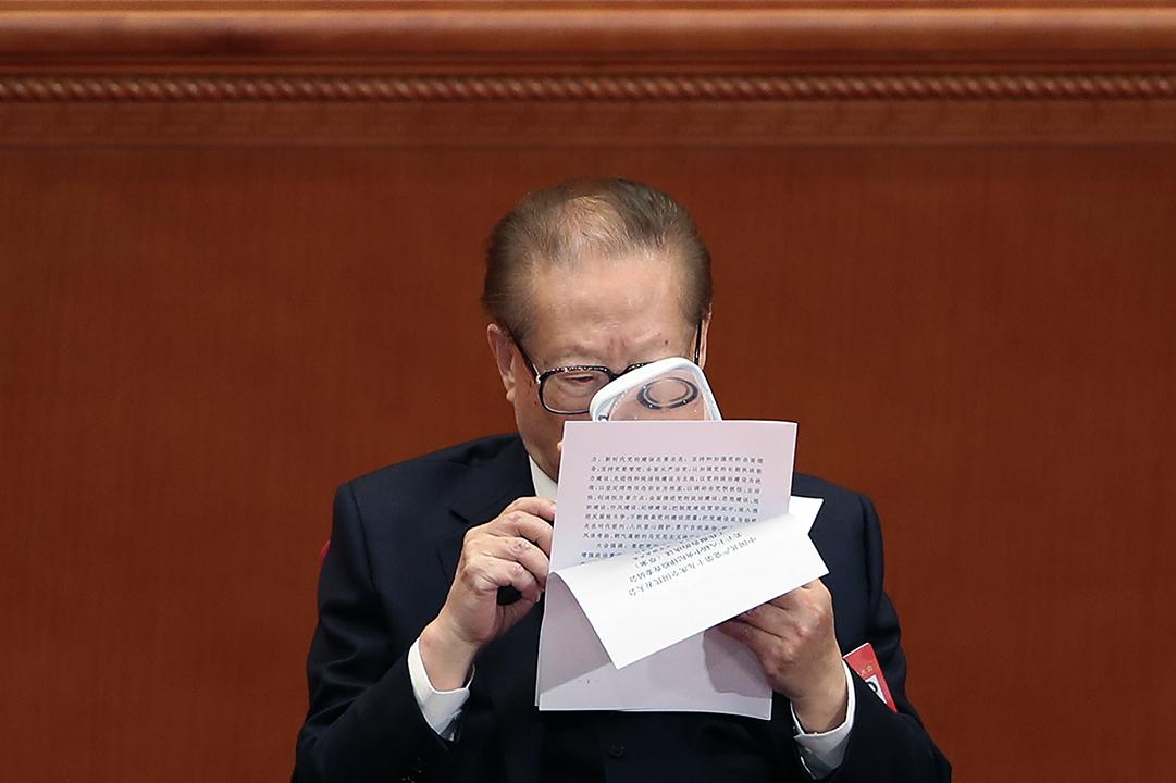 2017年10月24日,前國家主席江澤民在第十九次全國代表大會上用放大鏡閲讀文件。
