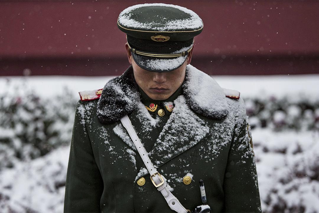 2014年11月22日北京,天安門外的守衛。 攝:Kevin Frayer/Getty Images