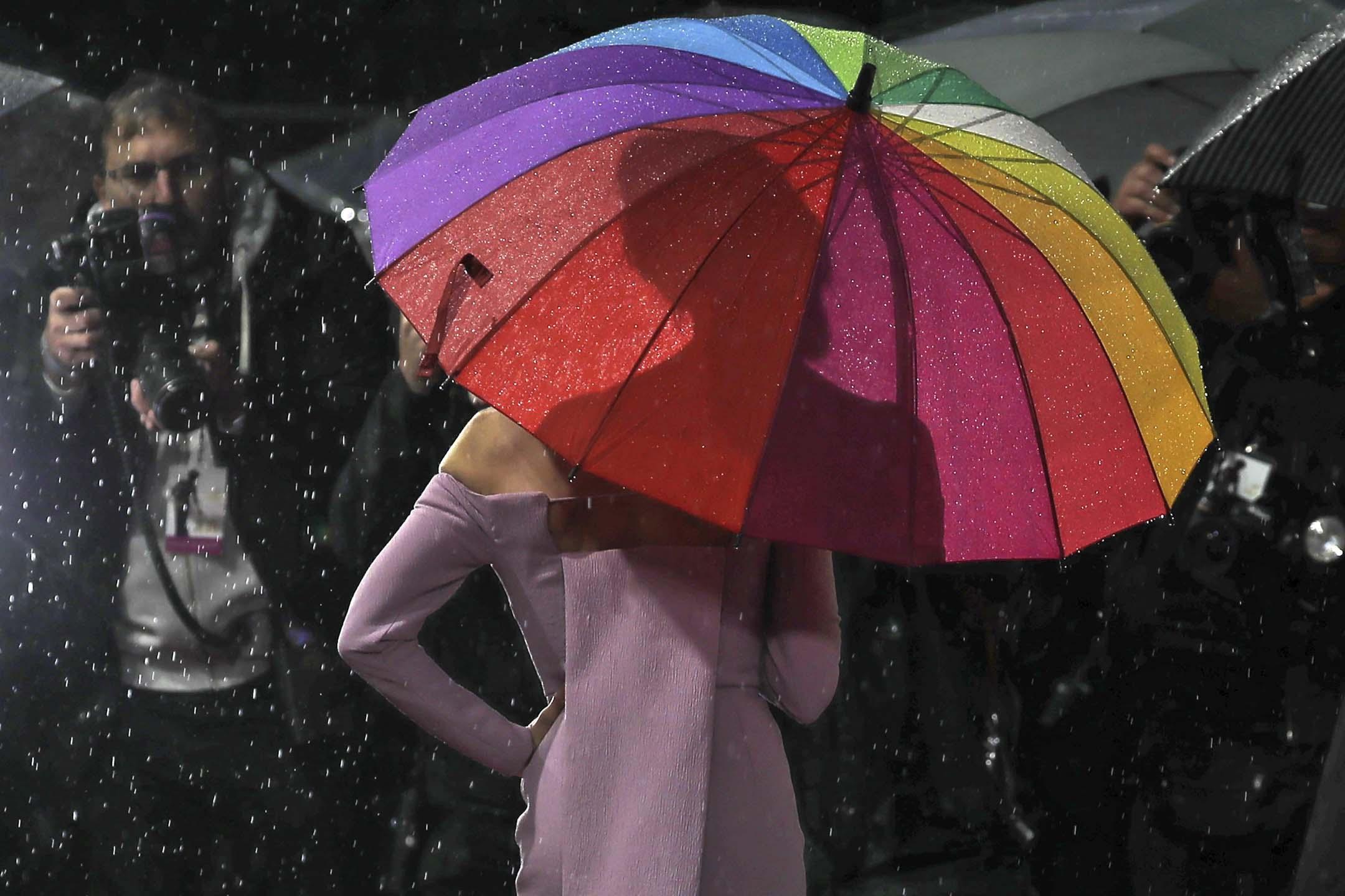 2019年9月30日,倫敦舉行的《《星夢女神:茱地嘉蘭》》歐洲首映禮,Renee Zellweger在紅地毯上拿著雨傘。 攝:Tolga Akmen/AFP via Getty Images