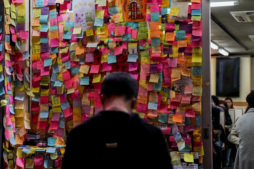 一間餐廳門外的連儂牆。 攝:劉子康/端傳媒
