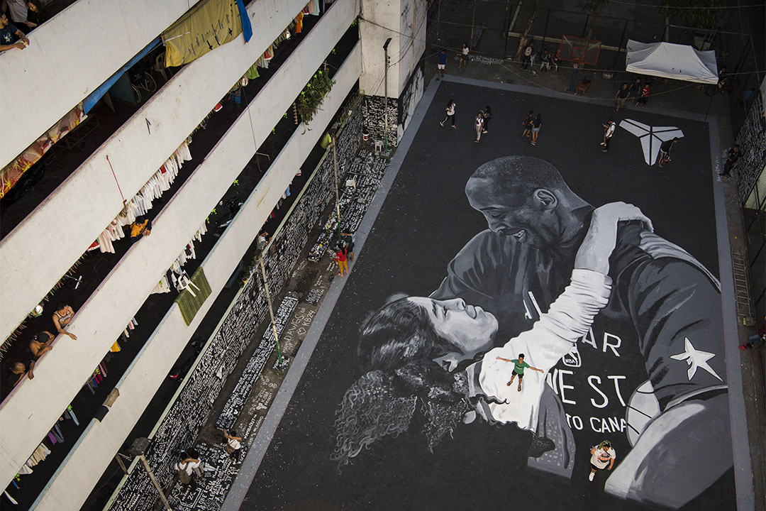 當地時間2020年1月29日,菲律賓馬尼拉,馬尼拉貧民窟現巨幅壁畫,緬懷傳奇球星高比及其女兒。